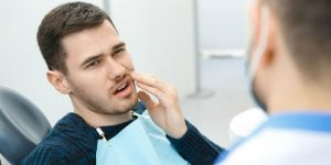 a man consultates to doctor about his wisdom teeth