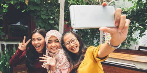 3 women taking selfies